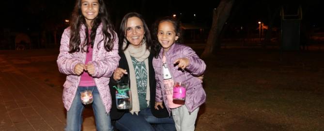 אמא ושתי בנותיה עם העששיות שיצרו