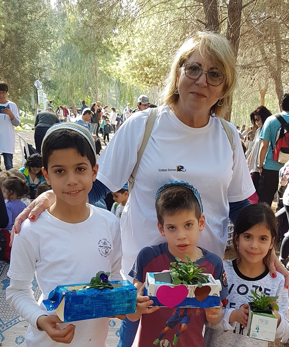 ילדים יוצרים עציצים מחומרים ממוחזרים