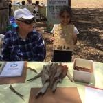 ילדה מציגה לאמן את יצירתה