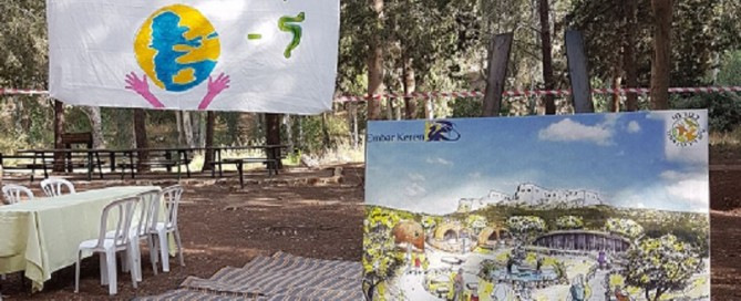 עץ יבש הולבש בעשרות דגלים שעליהם נכתבו התחייבות לשמור על כדור הארץ
