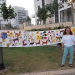גליה עם תמונה משותפת של כל הילדים עם חיות בית וחיות בר בסביבה השכונתית