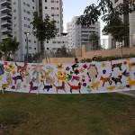 תמונה משותפת של כל הילדים עם חיות בית וחיות בר בסביבה השכונתית
