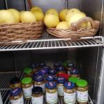 המקרר לנזקקים מלא בתוצרת, פרי ההדר טריים וזיתים כבושים